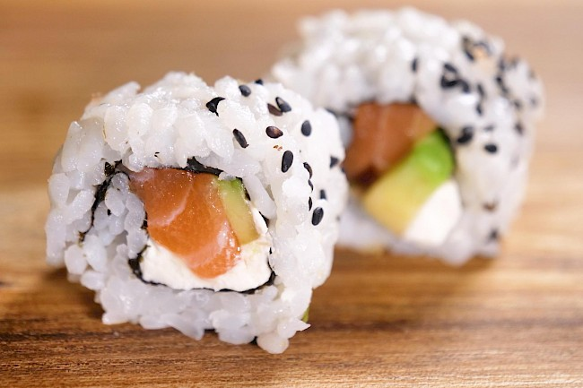 Tuna sushi roll - caloies, wieght